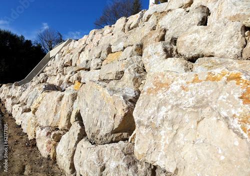 Foto op Plexiglas Wand mur de soutènement en rochers de calcaire sur deux niveaux