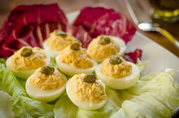 Uova ripiene con salsa al tonno e maionese, cucina italiana