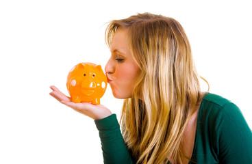 Frau küsst Sparschwein