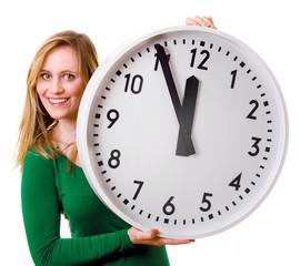 Frau mit großer Uhr in der Hand