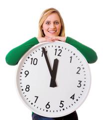 Frau leht auf großer Uhr