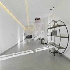 libreria e scala nel soggiorno moderno in mansarda