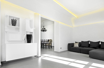 mobili bianchi e divano nel soggiorno moderno