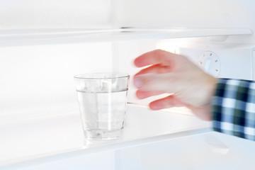 Schneller Griff nach dem Wasserglas
