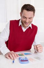Einkommensteuererklärung - Mann kalkuliert im Büro