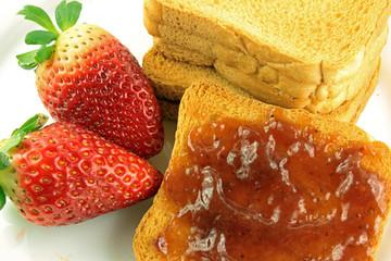 Fette biscottate e marmellata di fragole