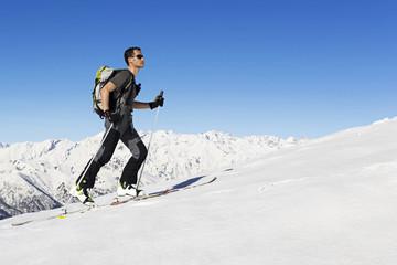 scialpinista ascende verso la vetta, Alpi italiane