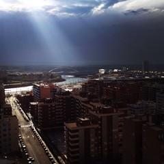 rayo de luz iluminando la ciudad