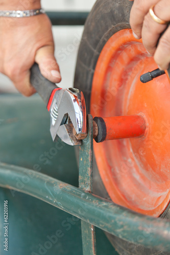 Replacing the tire of a wheelbarrow.