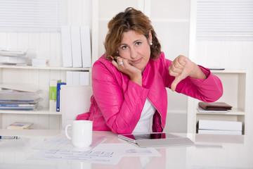 Gestresste Frau im Beruf oder Verlust Arbeitsplatz
