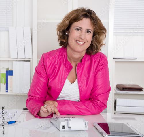 Berufstätige Mutter arbeitet in Teilzeit im Büro