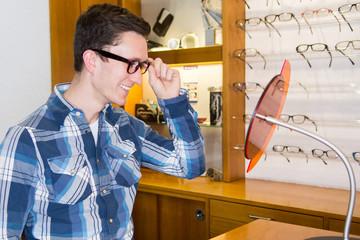 junger mann beim optiker
