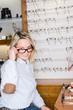 brillenauswahl im fachgeschäft
