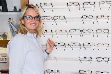 frau sucht ein passendes brillengestell