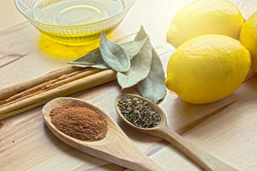 Canela, laurel, aceite de oliva, limones y especias.