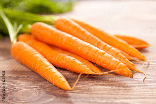 Foto op Aluminium Boodschappen Carrot on a wooden table