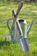 outils de jardin dans l'herbe