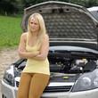 Frau hat Auto-Panne