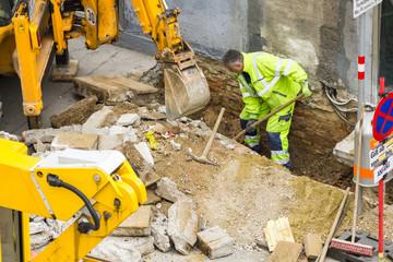 Bauarbeiter gräbt Loch