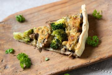 Champignon-Brokkoli-Quiche mit Hefeschmelz