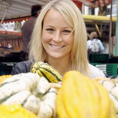 Twen kauft Zier-Kürbis auf Markt