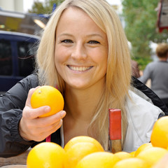 Twen kauft Orange auf Markt
