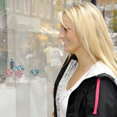 Frau beim Shopping vor Schaufenster