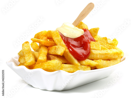 Pommes Frites mit Ketchup und Mayonnaise - 62232513