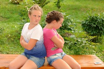 Две девушки на природе, разговаривают