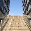 treppe zwischen modernen gebäuden
