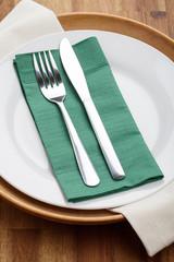 Messer und Gabel auf Teller mit Serviette