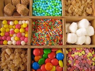 Holzkiste mit Zuckerzeug