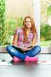 Rotblonder Teenager lernt daheim