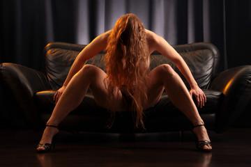 rothaarig nackt auf dem Sofa