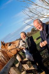 älteres senioren paar glücklich entspannt in der natur im frei