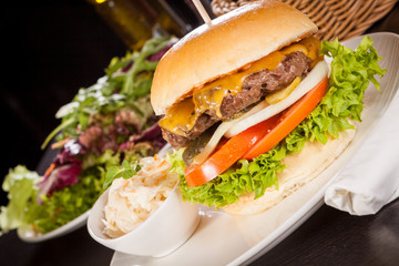 Leckerer Hamburger cheeseburger mit Speck ei und salat