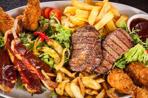 Riesige Barbecueplatte mit gemischtem Fleisch und Steaks - 62261587