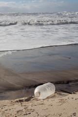 bouteille plastique sur la plage de l'océan