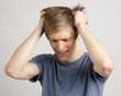 canvas print picture - Junger blonder Mann greifft in die Haare