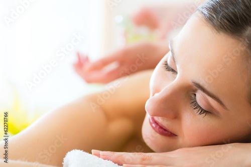 Frau erhält eine Massage im Spa
