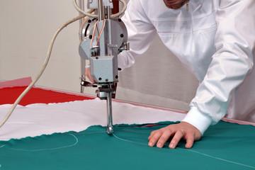 Trabajador cortando tela,Industria textil.