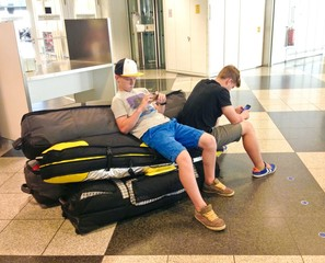 Teenager warten am Flughafen