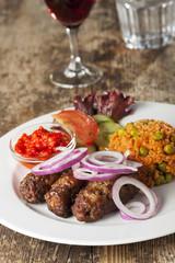 Cevapcici mit Reis und Salat