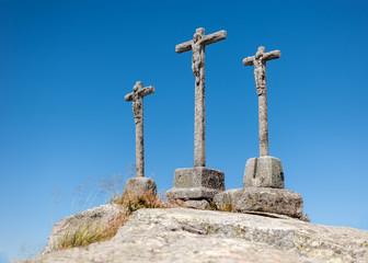 tres cruces sobre colina