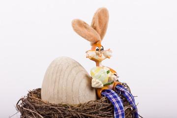 lustiger Osterhase mit kleinem und großem Ei zu Ostern