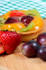 Cake from shortcake dough with fruit