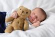Kleiner Junge lacht im Schlaf