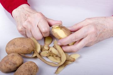 Kartoffel schälen mit einem Messer