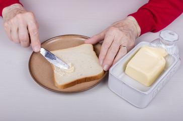 Brot mit Messer und Butterspender