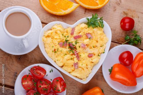 Leinwanddruck Bild Herzhaftes Frühstück  - Rührei, Schinken, Kaffee